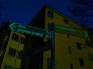 Eckhaus mit Hinweisschildern zu Zielen im Kiez.