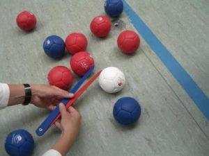 Boccia-Bälle auf einem Spiel-Feld.