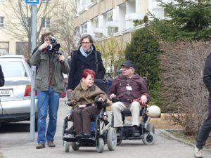 Die damalige Bezirks-Bürgermeisterin und ein Kamera-Mann begleiten den Kiez-Spaziergang.