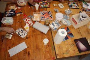 Auf einem Tisch liegen verschiedene Materialien.