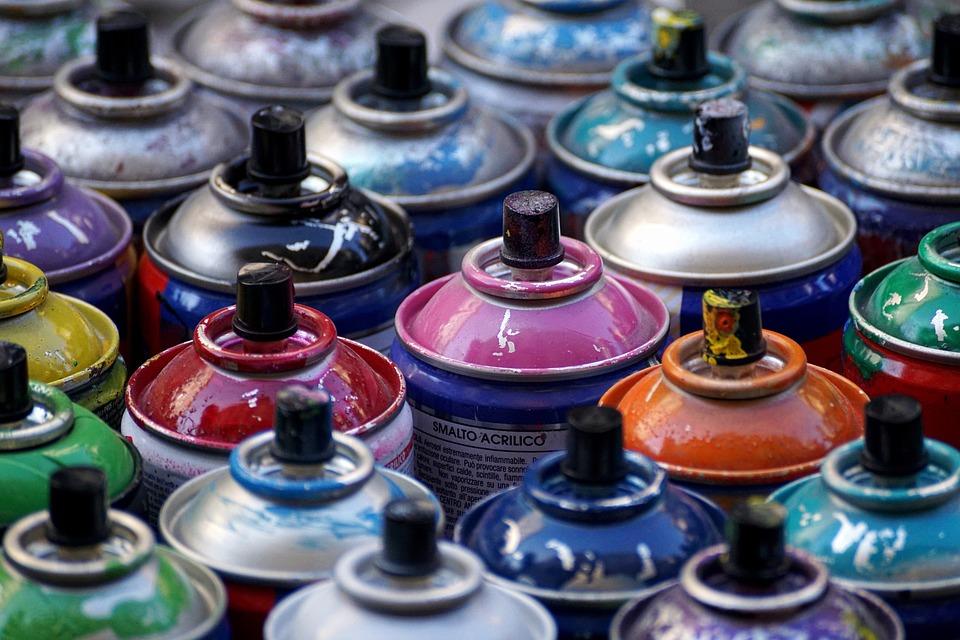 Viele bunte Graffitti-Spraydosen.