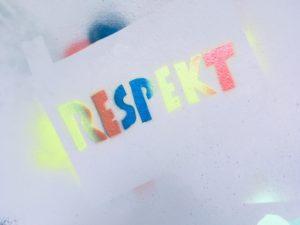 Bunter aufgesprühter Schriftzug: Respekt.