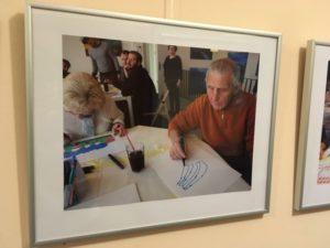 Ein gerahmtes Foto zeigt einen älteren Herren, der eine Schablone für die Sprühaktion vorbereitet.