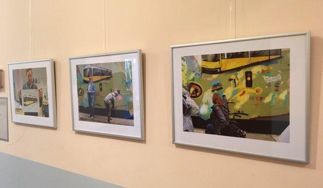 Drei Bilder der Fotoausstellung hängen an einer Wand.