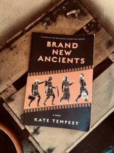Foto des Buches: brand new ancients, liegend auf einer Holzkiste