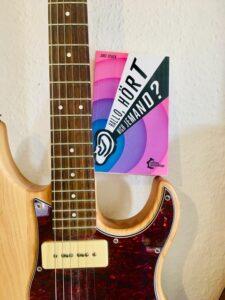 Foto vom Buch: hallo hört mich jemand. auf einer Gitarre