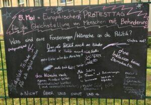 Foto der Tafel mit der Frage und vielen handschriftlichen Antworten.