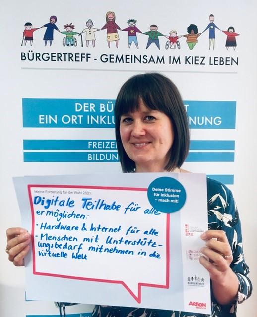Annabel Haas-Krahé mit Schild in der Hand wo steht: Digitale Teilhabe für alle ermöglichen!