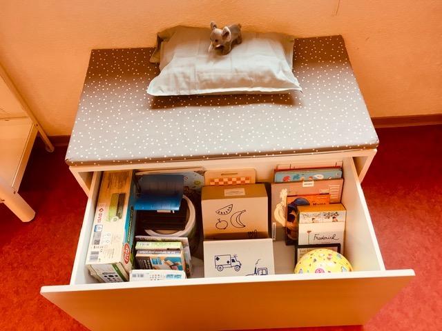 kleine Kommode mit Kinderspielsachen in Schublade