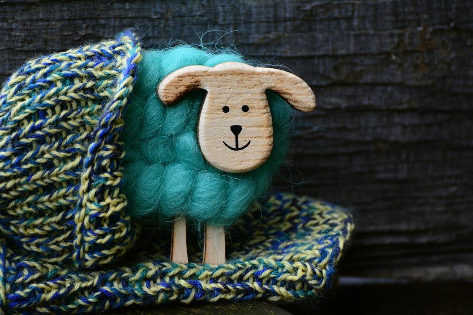 bunter Strickschal mit Deko-Woll-Schaf