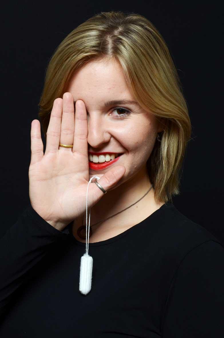 Franka Frei mit Tampon in der Hand.