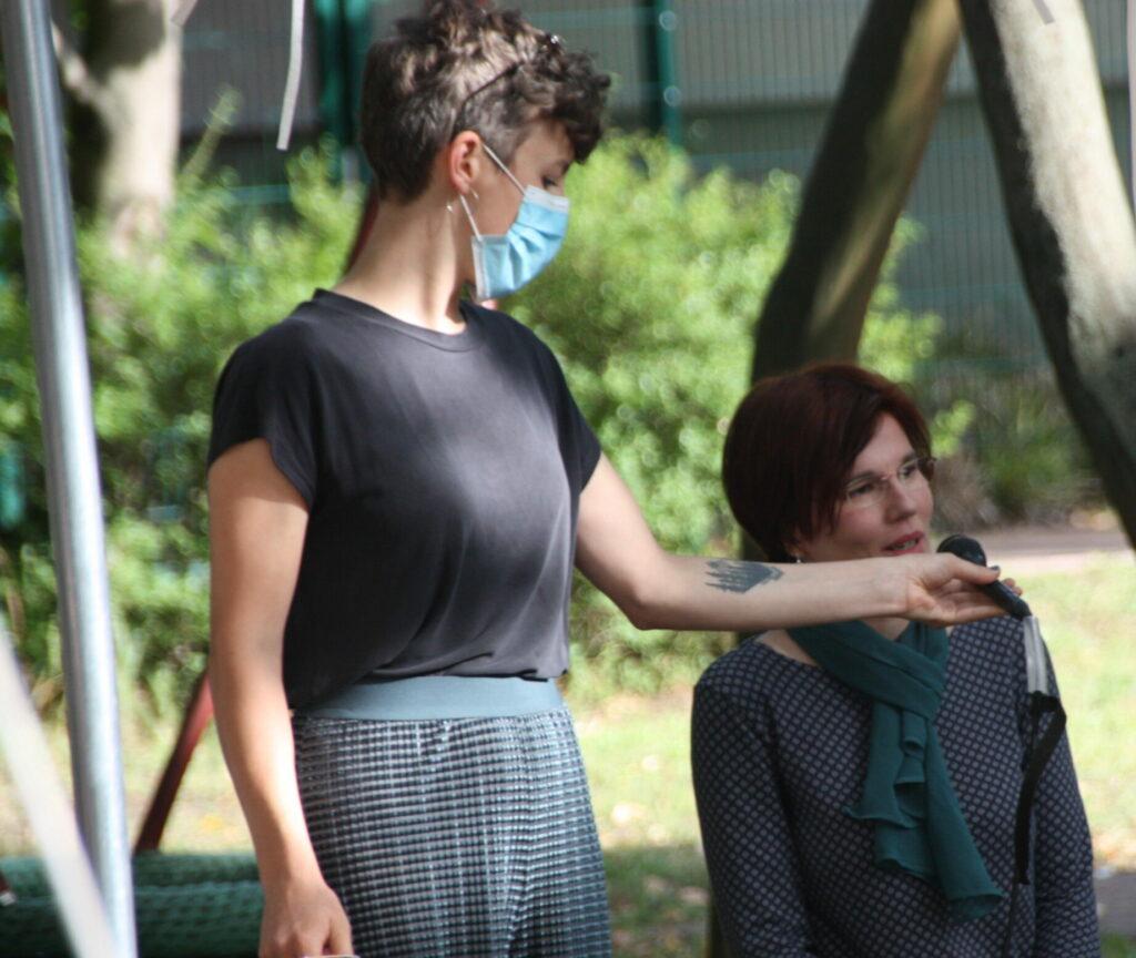 Amélie Sarramagnan (Bürgertreff) hält Mirkro für fragende Teilnehmerin